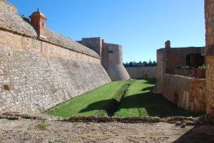 El fossat del castell de Salses (Foto: Pere Noguer).