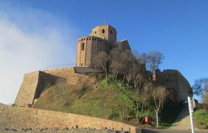 El castell de Cardona, amb la col·legiata de Sant Vicenç.