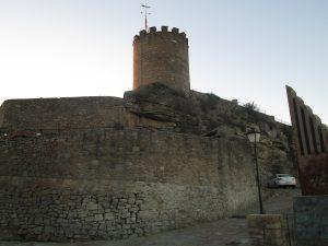 El castell de Talamanca, amb el monument commemoratiu de la batalla.