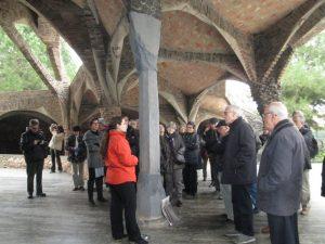 A l'entrada de la cripta de l'església de la Colònia Güell, a Santa Maria de Cervelló.