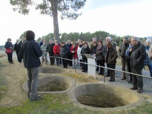 Seguint les explicacions de Gabriel de Prado al jaciment ibèric d'Ullastret (Foto: Mateu Butinyà).