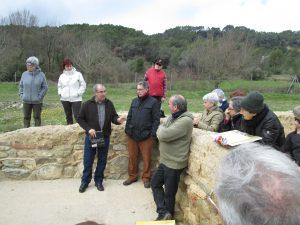 Escoltant les explicacions de Pere Castanyer a la vil·la romana de Vilauba (Foto: Mateu Butinyà).