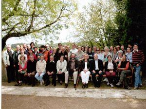 Els participants a la visita als temples i cementiris de mas Castell de Porqueres (Foto: Francesc Xavier Butinyà).