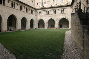 Claustre interior del Palau dels Papes d'Avinyó.