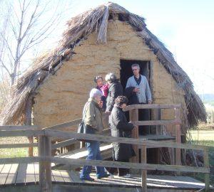 Sortint d'una cabana del poblat neolític de la Draga (Foto: Mateu Butinyà).